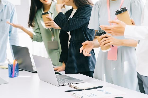 Geschäftsleute stehen zusammen für eine pause
