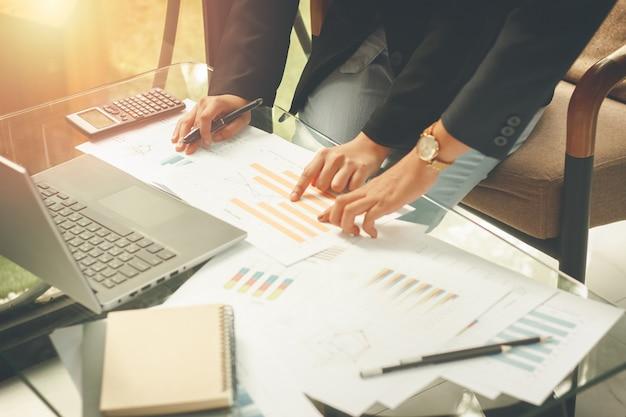 Geschäftsleute stimmen zu, einen partner im fokus des handels auszuwählen