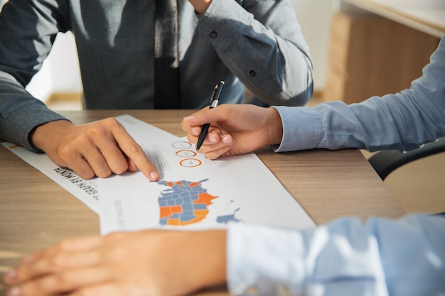 Geschäftsleute studieren statistikreport drinnen