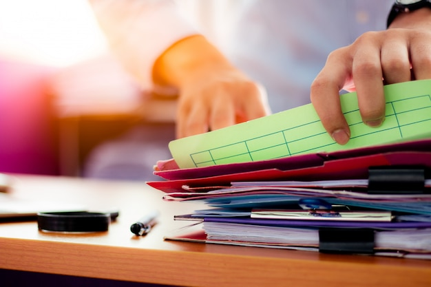 Geschäftsleute suchen nach dokumenten, die auf dem tisch liegen