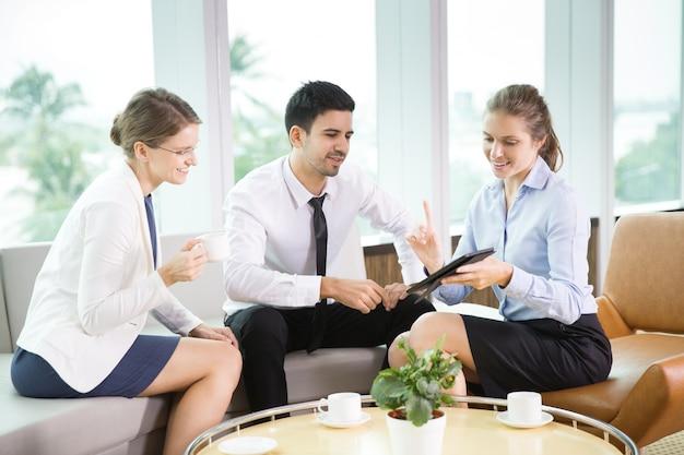 Geschäftsleute tablet in cafe 1