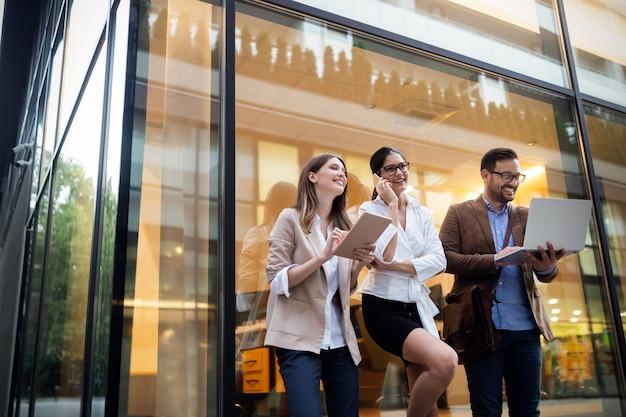 Geschäftsleute team digitales gerätetechnologie-verbindungskonzept