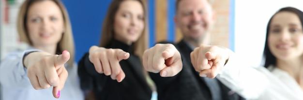 Geschäftsleute-team zeigt mit zeigefingern auf sie nahaufnahme