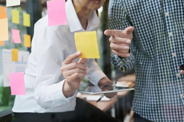 Geschäftsleute teamarbeit brainstorming treffen.