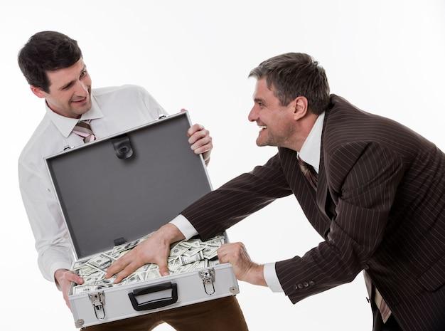 Geschäftsleute teilen gewinn-angestellte gewannen den jackpot geschäftsleute mit koffer voller geld