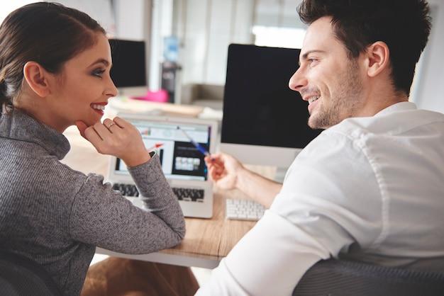Geschäftsleute teilen ihre ideen
