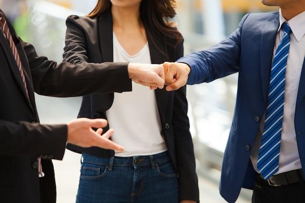 Geschäftsleute tragen anzug eine faustpumpe. geschäftserfolg und teamwork-konzept.