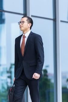 Geschäftsleute tragen laptops, um am eingang eines bürogebäudes zu arbeiten