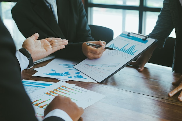 Geschäftsleute treffen analyse-geschäftsdiagramm auf schreibtisch im besprechungsraum.