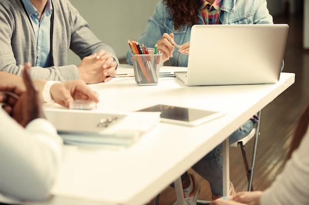 Geschäftsleute treffen design-ideen-konzept.
