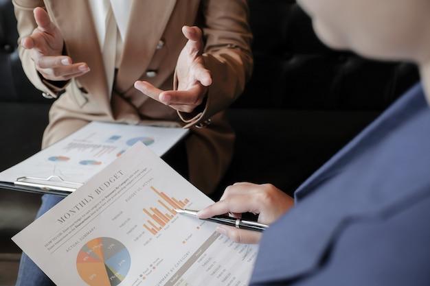 Geschäftsleute treffen designideen professioneller investor, der ein neues start-up arbeitet