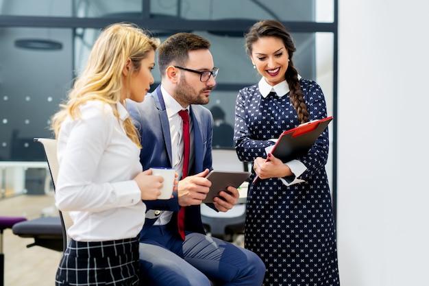Geschäftsleute treffen konferenzdiskussion unternehmenskonzept