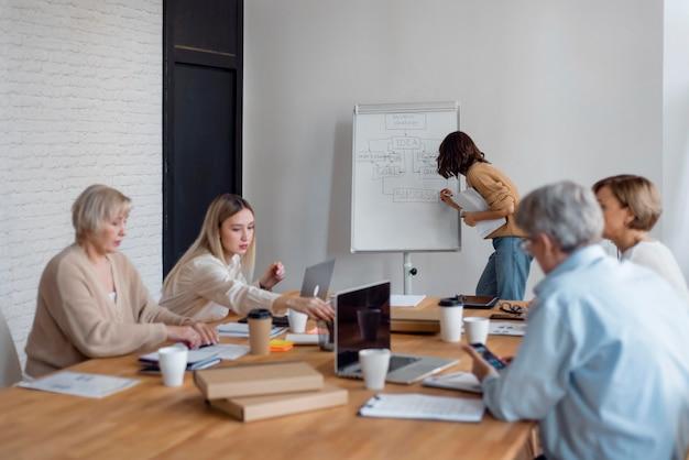 Geschäftsleute treffen mittelgroßen schuss