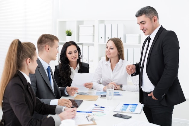 Geschäftsleute treffen sich im büro, um das projekt zu besprechen