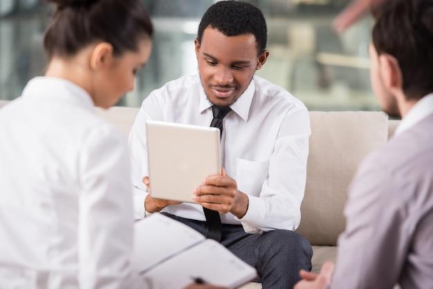 Geschäftsleute treffen sich im büro, um projekt zu besprechen.