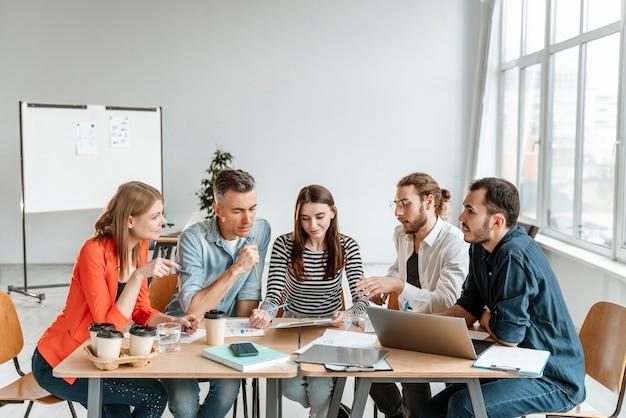 Geschäftsleute treffen sich im büro und arbeiten