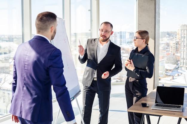Geschäftsleute treffen sich im büro und besprechen gemeinsame geschäftsprojekte. konzept der geschäftspartnerschaft.