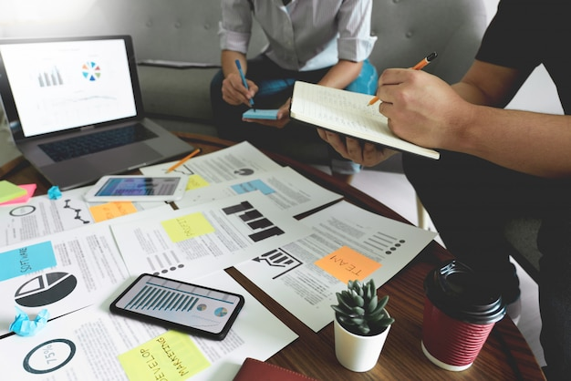 Geschäftsleute treffen sich im büro und schreiben memos auf haftnotizen. planungsstrategie und brainstorming, kollegen denken konzept.