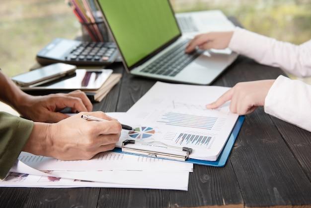 Geschäftsleute treffen sich im büro und schreiben memos auf haftnotizen.