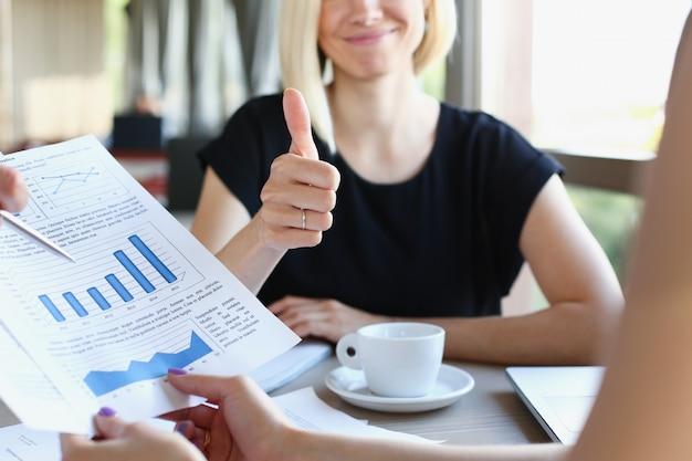 Geschäftsleute treffen sich im café und besprechen dokumente