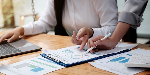 Geschäftsleute treffen sich, um die marktsituation zu besprechen und finanzkonzeptstatistiken zu analysieren.