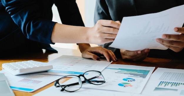 Geschäftsleute treffen sich zu analysedaten, um geschäftsstrategien zu planen. geschäftsdiskussionskonzept