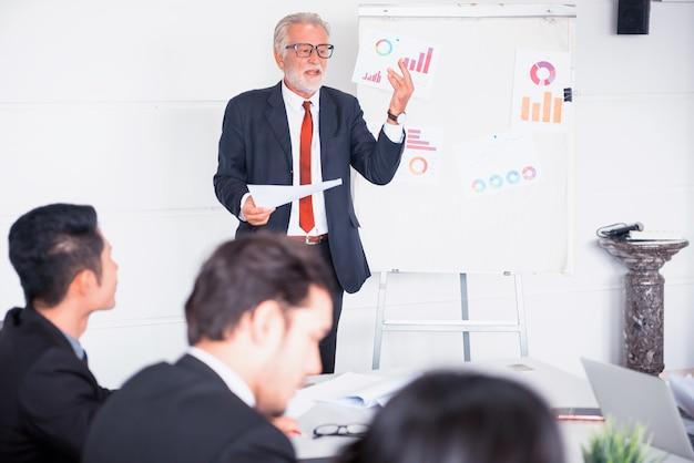 Geschäftsleute treffen und diskutieren mit kollegen im konferenzraum
