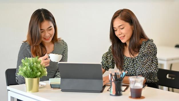 Geschäftsleute trinken kaffee während der arbeitsdiskussion im café teamwork geschäftsfrauen