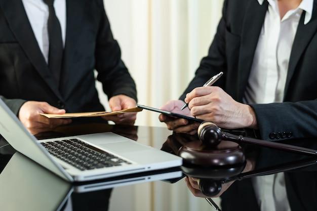 Geschäftsleute und anwälte diskutieren vertragspapiere am tisch. rechtsbegriffe, beratung, rechtsberatung. im morgenlicht