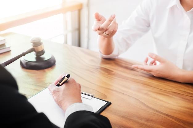 Geschäftsleute und anwälte diskutieren vertragspapiere am tisch sitzen. rechtsbegriffe, beratung, rechtsberatung