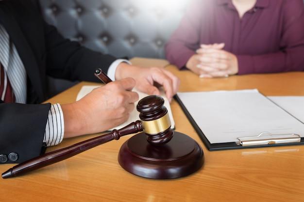 Geschäftsleute und anwälte diskutieren vertragspapiere am tisch sitzen.