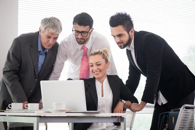 Geschäftsleute und führungskräfte, die sitzung unter verwendung des laptops haben