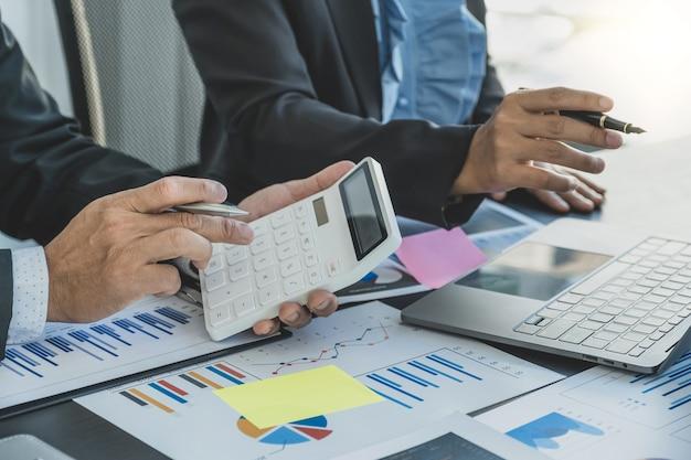 Geschäftsleute und geschäftsleute treffen sich, um strategien zur steigerung des geschäftseinkommens zu planen