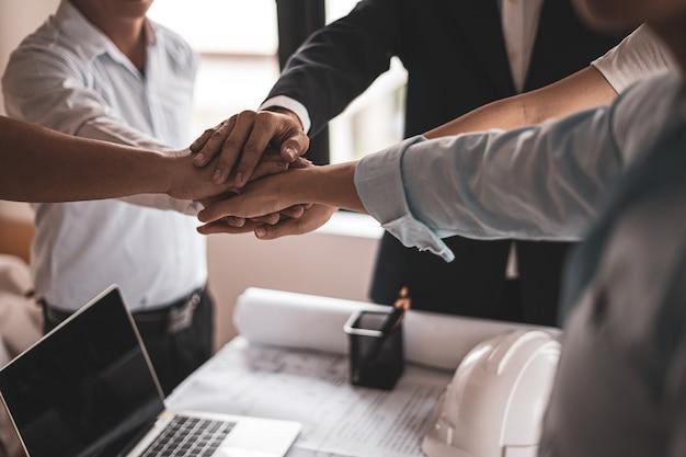 Geschäftsleute und ingenieure arbeiten zusammen, um erfolgreiche projekte in büros zu erstellen.