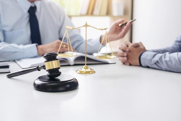 Geschäftsleute und männliche rechtsanwälte, die vertragspapiere in der rechtsanwaltskanzlei im büro besprechen