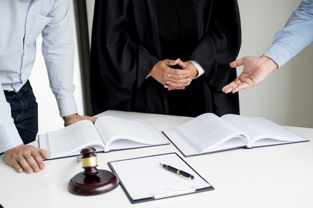 Geschäftsleute und rechtsanwälte diskutieren vertrag papiere sitzen am tisch. begriffe des rechts, beratung, juristische dienstleistungen
