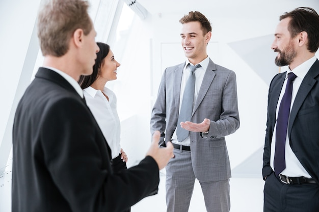 Geschäftsleute unterhalten sich am fenster im konferenzraum