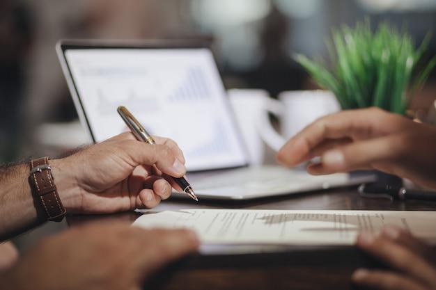 Geschäftsleute unterzeichneten einen joint