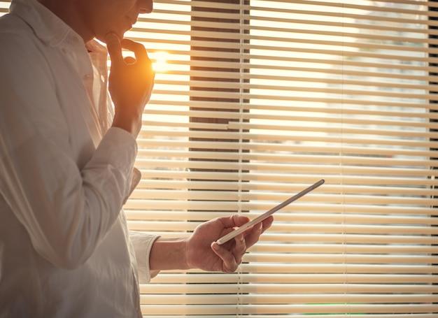 Geschäftsleute verwenden computer-tablets für die arbeit in der kommunikation auf der ganzen welt