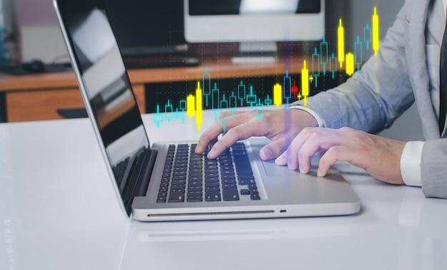 Geschäftsleute verwenden die innovative technologie von aktiencharts. mixed media, digitales smartphone und online-shopping-konzept.