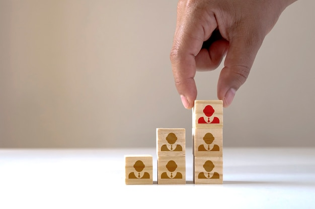 Geschäftsleute wählen menschen aus, die sich von der masse abheben oder erfolgreiche teamleiter, hr-konzepte und ceos sind.