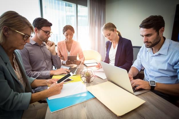 Geschäftsleute während eines meetings