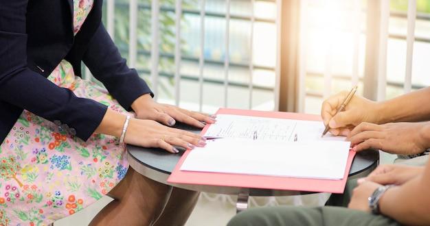 Geschäftsleute werden eine geschäftsvereinbarung unterzeichnen.