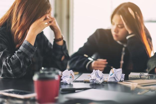 Geschäftsleute werden gestresst, wenn sie ein problem bei einem geschäftstreffen haben