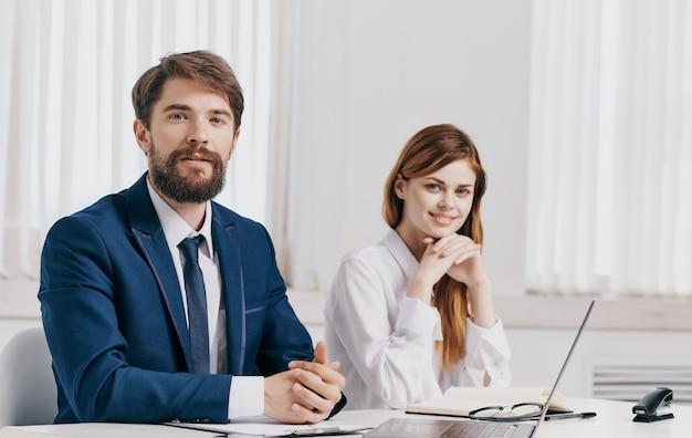 Geschäftsleute werden mit einem laptop an den tischfirmenmitarbeitern gefunden. hochwertiges foto