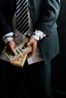 Geschäftsleute wurden verhaftet und mit handschellen gefesselt, eigentum im streit ist dollar. weil illegal