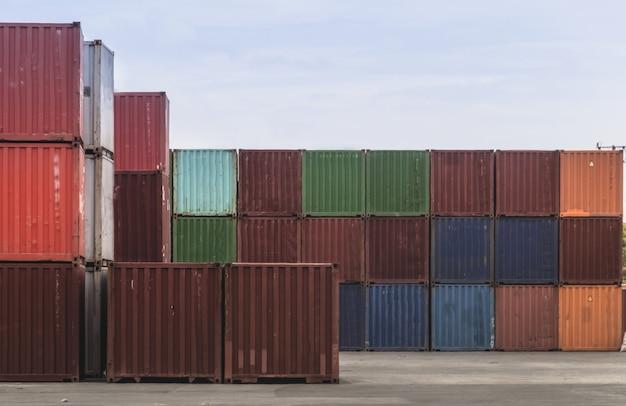 Geschäftslogistikkonzept, globale partnerverbindung der karte des containerfracht-frachtschiffs