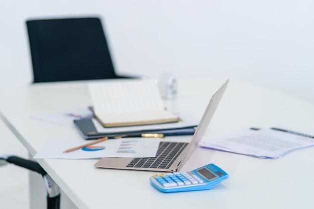Geschäftslokaltischzubehör auf computerarbeitsschreibtisch