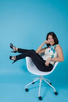 Geschäftsmädchen auf blauem hintergrund, porträtfrau, asiatisches mädchen