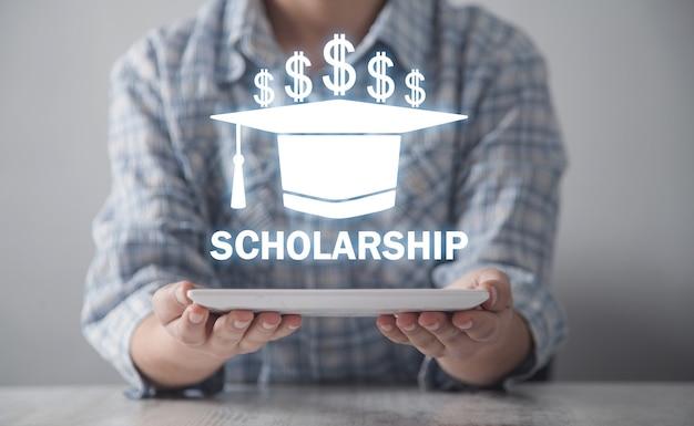 Geschäftsmädchen, das abschlusskappe hält. stipendium